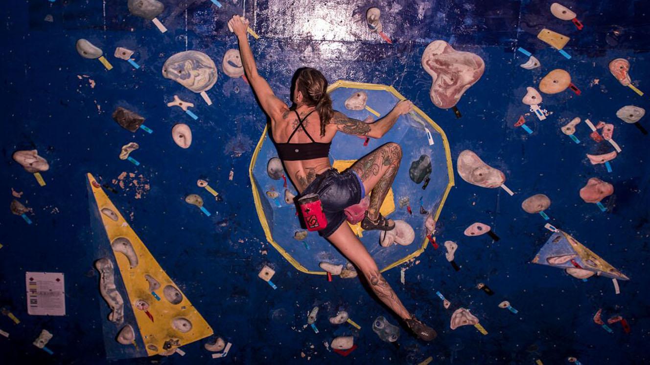 Treino de escalada: a disciplina da atleta Camila Macedo