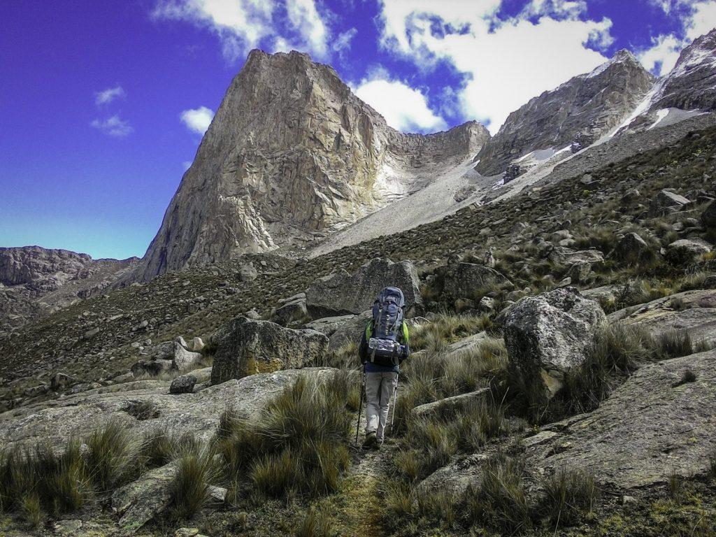 Caminhada até a base da via Ruta 85, no pico La Esfinge