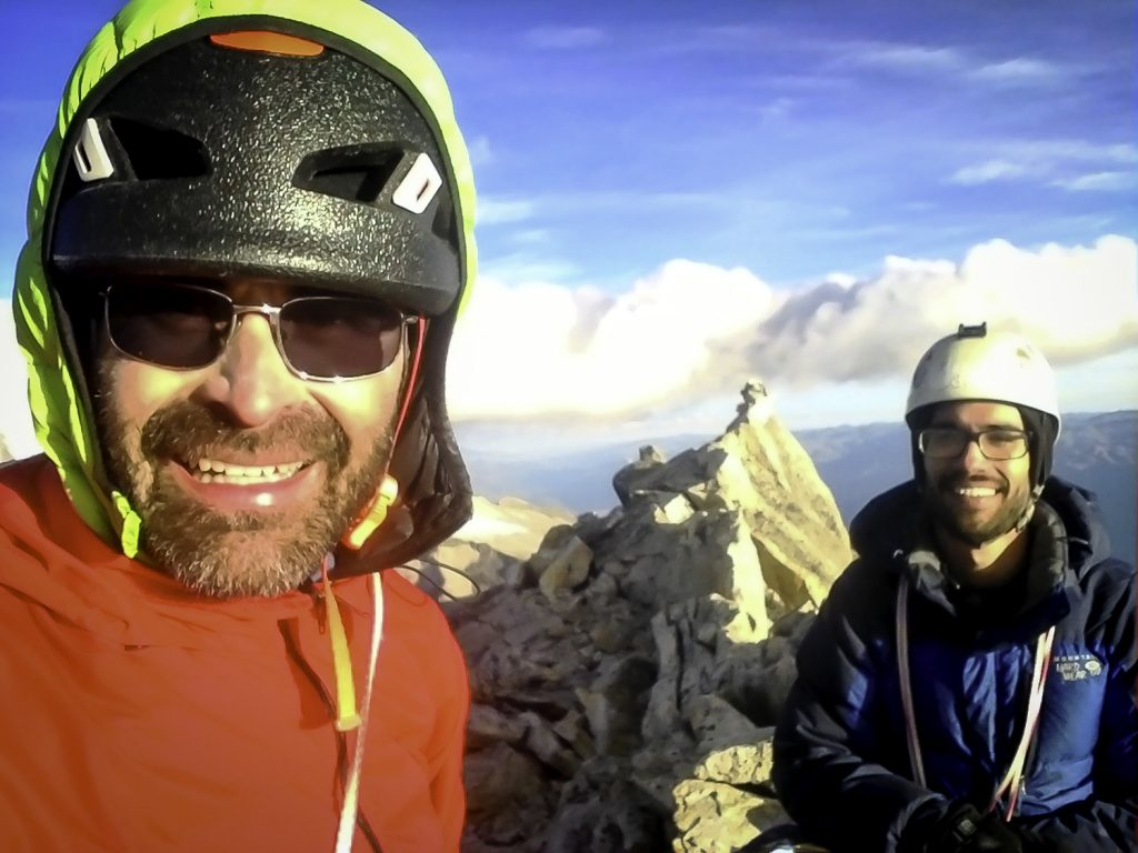 Cauí Vieira e Otto no topo do La Esfinge, na Cordillera Blanca, Peru