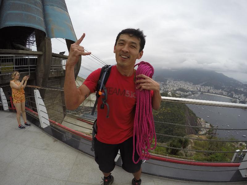 Raphael Nishimura em pose vitoriosa após completar a escalada