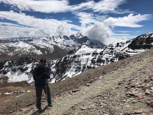 Raphael Nishimura subindo o monte Chacaltaya, na Bolívia