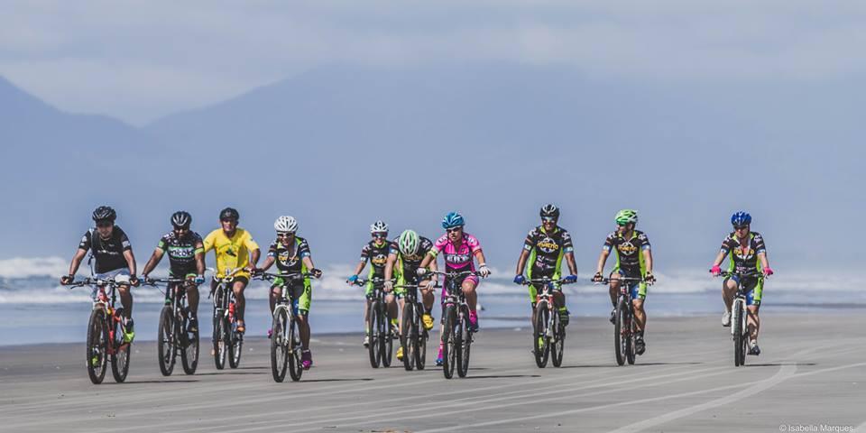 Ciclistas na praia de Ilha Comprida, no circuito Lagamar de Cicloturismo