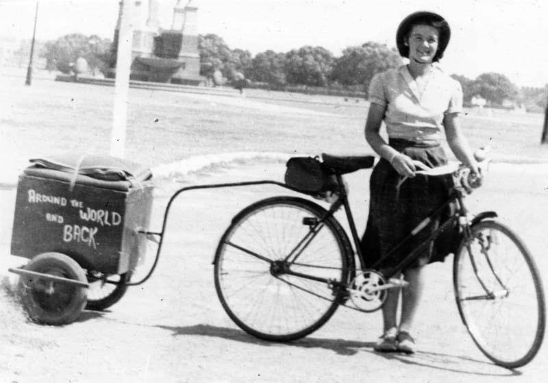 Louise Sutherland e sua bicicleta na Índia, em 1953