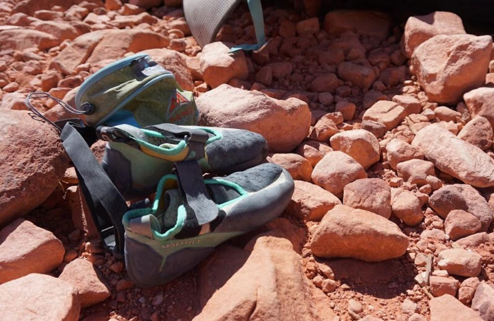 sapatilha de escalada com velcro, na cor branca e verde da Mad Rock